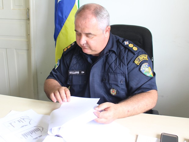 Lauri Guillande mostra relatório com dados relativos às ocorrências registradas no município (Foto: Júnior Freitas/ G1)