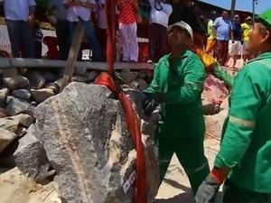 Trabalho de pesagem das pedras do enrocamento de Ponta Negra começou nesta segunda-feira (20) (Foto: Reprodução/Inter TV Cabugi)