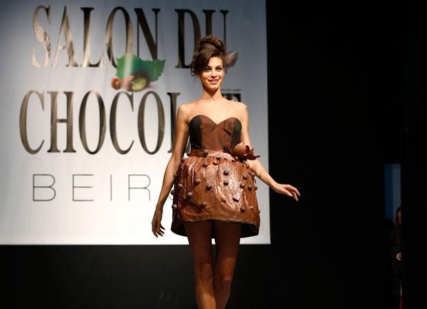 Modelos desfilaram roupas feitas de chocolate durante um festival da guloseima em Beirute, no Líbano (Foto: Jamal Saidi/Reuters)