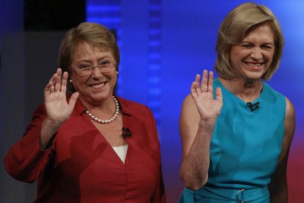 A candidata chilena Michelle Bachelet (direita) acena ao lado da rival direitista Evelyn Matthei em um debate televisionado no dia 29 de outubro, em Santiago (Foto: Ivan Alvarado/Reuters)