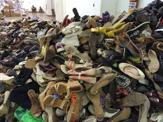 Pilha de sapatos são organizados para doação em Mariana (MG) (Foto: Flávia Mantovani/G1)