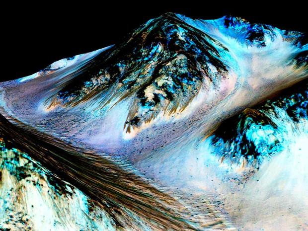 Imagem divulgada pela Nasa e pela Universidade do Arizona mostra linhas em montanhas de marte formadas por água salgada (Foto: Nasa/JPL/Universidade do Arizona)