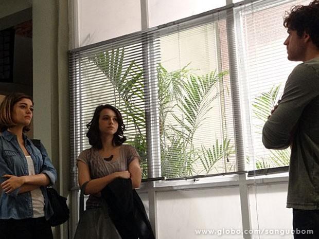 O florista flagra papo e descobre que Amora mandou pichar a Toca do Saci (Foto: Sangue Bom / TV Globo)
