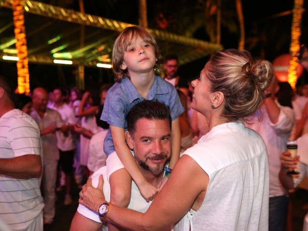 Adriane Galisteu e o marido, Alexandre Iódice, com o filho Vittorio, em show em Salvador, na Bahia (Foto: Denilson Santos/ Ag. News)