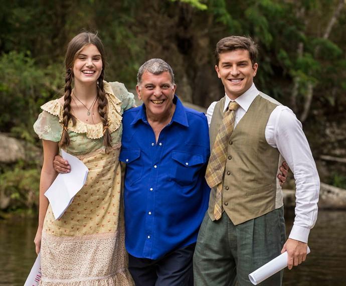 Diretor Jorge Fernando contagia Camila e Klebber com sua famosa alegria! (Foto: Inácio Moraes/Gshow)
