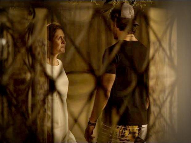 Carminha conversa com Lúcio na portda da casa de Janaína (Foto: Avenida Brasil / TV Globo)