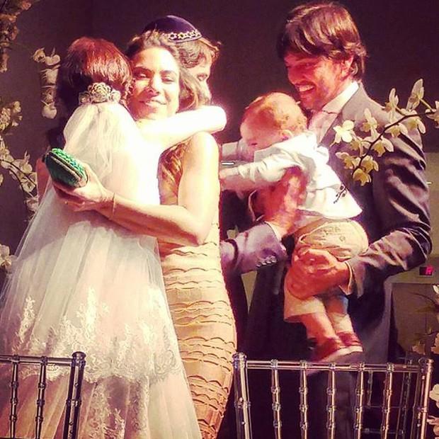 Noivos ganham abraço de Patrícia Abravanel, Fábio Faria e do pequeno Pedro (Foto: Reprodução/Instagram)