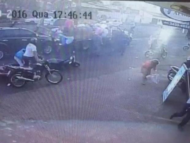 Vídeo mostra criminoso atirando contra carreata de candidato a preito de Itumbiara e vice-governador de Goiás (Foto: Divulgação/Polícia Civil)