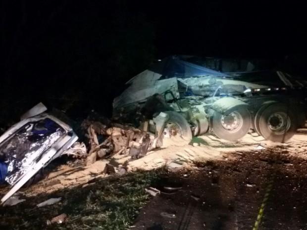 Carreta invadiu pista contrária e bateu de frente com caminhão baú em Goiás (Foto: Divulgação/PRF)