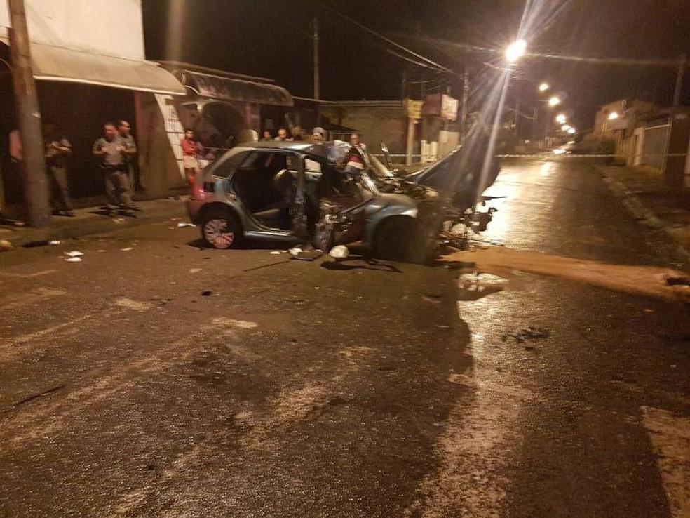 Carro bateu contra poste e muro em rua de Assis; Uma pessoa morreu e quatro ficaram feridas (Foto: Corpo de Bombeiros de Assis/Divulgação )