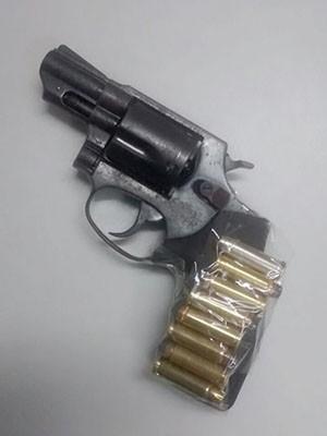 Com o foragido foi encontrado um revólver e munição (Foto: Divulgação/Polícia Civil)