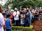 Emocionada, mãe de ciclista morta a tiros agradece apoio durante enterro