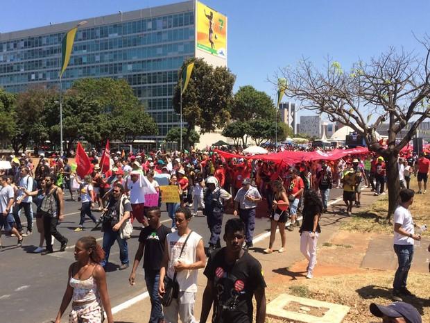 Manifestantes contrários ao presidente Temer marcham até as proximidades do Congresso Nacional após o fim do desfile de 7 de Setembro em Brasília (Foto: Mateus Vidigal/G1)