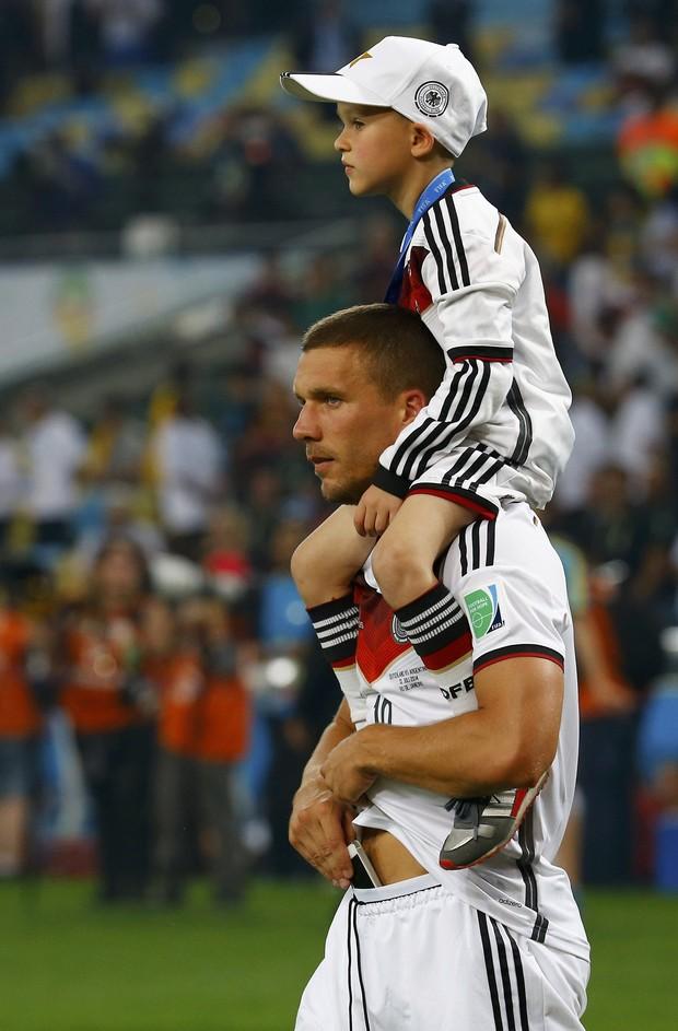Podolski com o filho na final da Copa do Mundo (Foto: Agência Reuters)