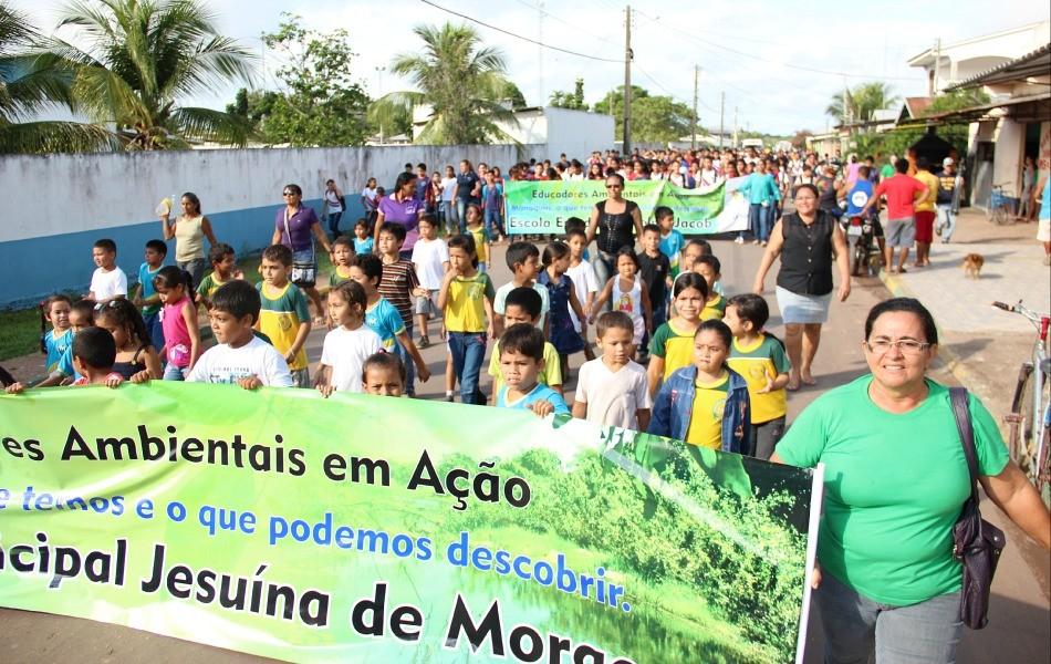 Aproximadamente 300 estudantes percorreram as ruas de Manaquiri (Foto: Katiúscia Monteiro/ Rede Amazônica)