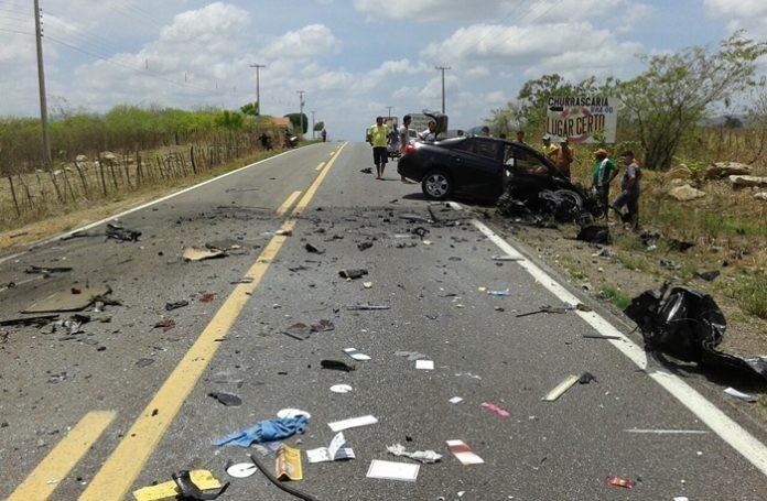 Carro e caminhão colidiram de frente e motorista morreu na hora. (Foto: Cedida)
