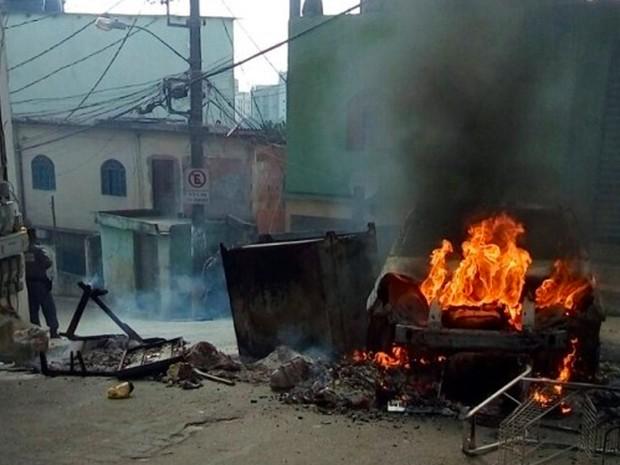 Carro é incendiado em rua de Itararé (Foto: Foto Leitor/ Gazeta Online)