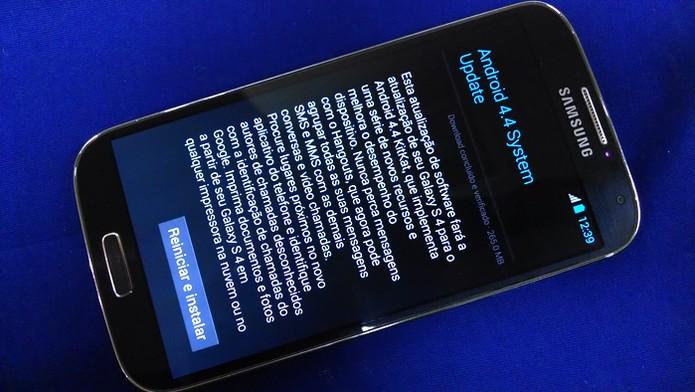 Galaxy S4 será um dos smartphones que receberá o Android Kitkat no início de 2014 (Foto: Allan Melo / TechTudo)