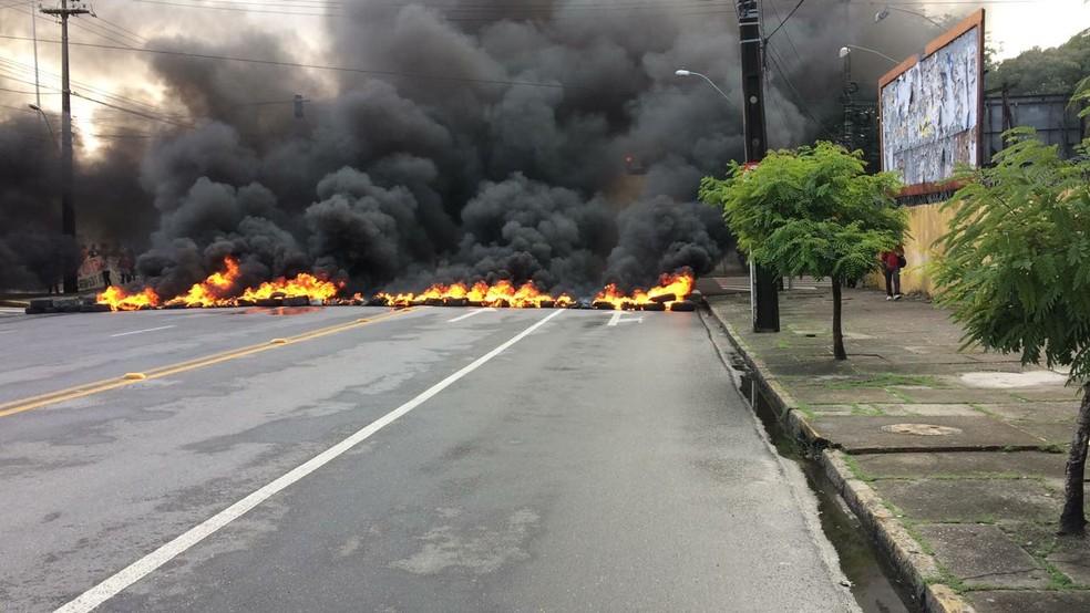 Pneus em chamas bloqueiam a Cruz Cabugá (Foto: Marlon Costa/Pernambuco Press)