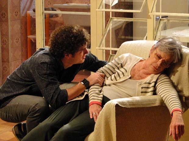 Gabriel chega em casa e encontra a avó desmaiada (Foto: Malhação / TV Globo)