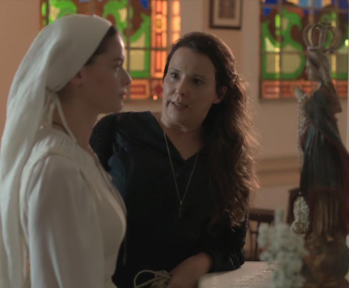 Emília faz Lívia jurar que não vai mais se encontrar com Felipe (Foto: TV Globo)