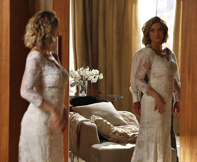 Soraya aparece deslumbrante em prova de vestido que será de Mari (Foto: Raphael Dias/Gshow)
