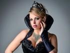 Jéssica Lopes se fantasia de rainha má com superdecote no Dia dos Bruxas
