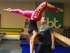 Gracyanne Barbosa aparece de ponta-cabeça em aula de ginástica olímpica