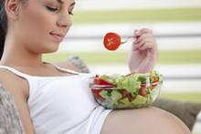 Grávidas: dicas de cuidados com a saúde, a alimentação e o corpo no verão gravidez comendo salada