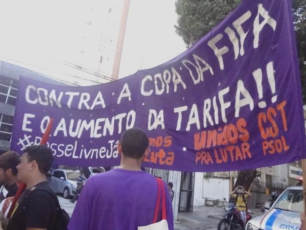 Manifestantes pedem revogação do aumento da tarifa de ônibus, que passou de R$ 2,20 para R$ 2,40.  (Foto: Dominik Giusti/G1)