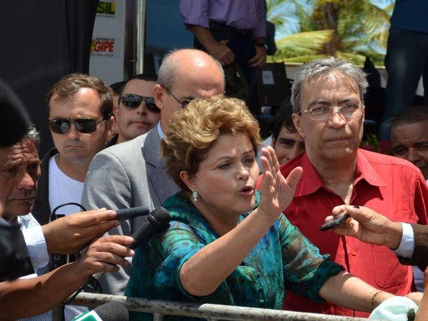 Dilma fala rapidamente com a imprensa na saída da inauguração da ponte (Foto: Marina Fontenele/G1 SE)
