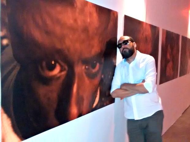 José Medeiros expõe obras no Museu da UFMT, em Cuiabá (Foto: Carlos Palmeira/ G1)