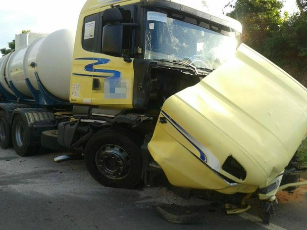 Carreta carregada com cloro se envolveu em acidente que causou seis mortes na BR-101, no Espírito Santo. (Foto: Serli Santos/TV Gazeta)