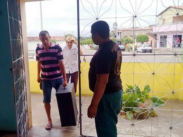 Homem compareceu no Destacamento Militar de Aiuaba para devolver caixa de som (Foto: Richard Lopes/Arquivo pessoal)