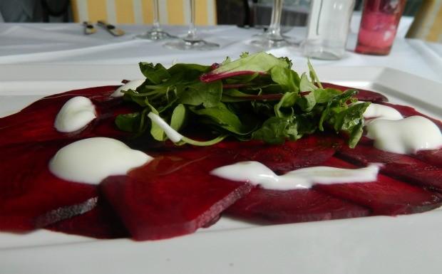 Carpaccio de beterraba com rcula e creme de iogurte - La Cucina Piemontese (Foto: Divulgao)