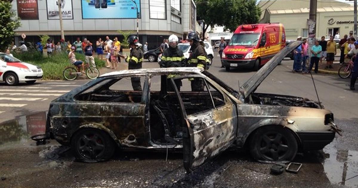 Veículo pega fogo em avenida movimentada de Araçatuba - Globo.com