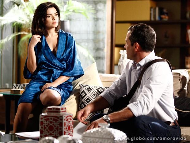 Aline abre o ropão e mostra o decote para Bruno (Foto: Ellen Soares/ TV Globo)