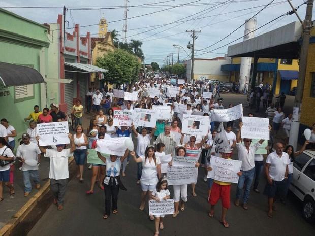 Manifestantes usaram branco pedindo mais segurança na cidade (Foto: Moarcir Pires/ TV Tem bauru)
