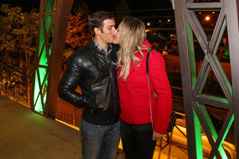 Eles trocam beijos (Foto: Danilo Carvalho e Thais Aline/ Ag. Fio Condutor)