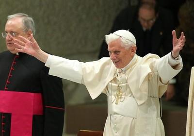 Papa Bento XVI cumprimenta os fiéis durante a missa de quarta-feira no Vaticano (Foto: EFE/ Alessandro Di Meo)