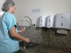 Segundo especialistas, lavar as mãos é medida mais eficaz para evitar bactérias (Foto: Michelly Oda / G1)