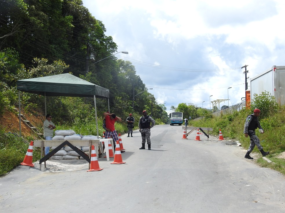 Barreira da Força Nacional fiscaliza via de acesso a unidade prisional (Foto: Ive Rylo/G1 AM)