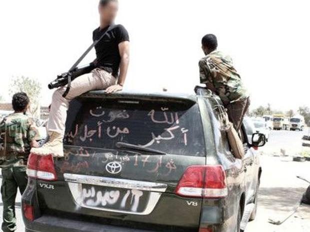 Um F2000 nas mãos de um dos combatentes da milícia de Ali (Foto: BBC/Divulgação)