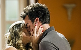 Beijaço! Para provocar a rival, Tina vai agarrar Lucindo na cara de Damáris