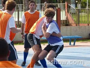 Ben e Sidney partem pra briga (Foto: Malhação / TV Globo)