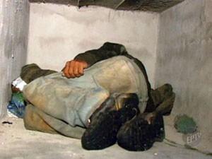 Homem dorme em túmulos em Três Pontas. (Foto: Reprodução EPTV)