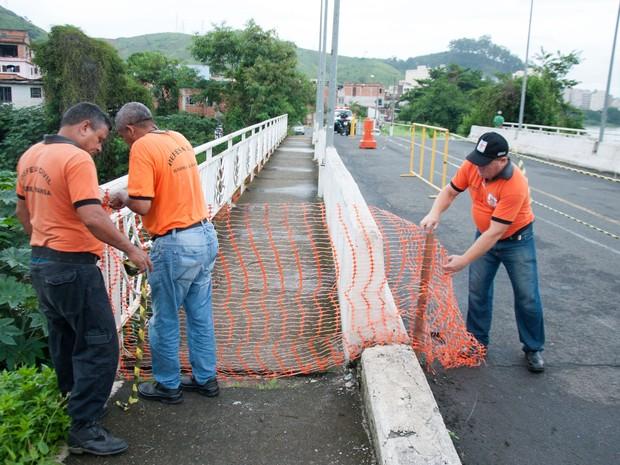 Defesa Civil interdita passagem de pedestres em ponte de Barra Mansa (Foto: Divulgação PMBM/Gabriel Borges)