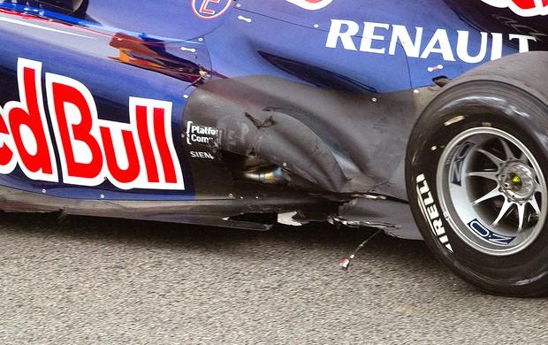 Vettel assoalho carro danificado GP Brasil prova (Foto: AFP)