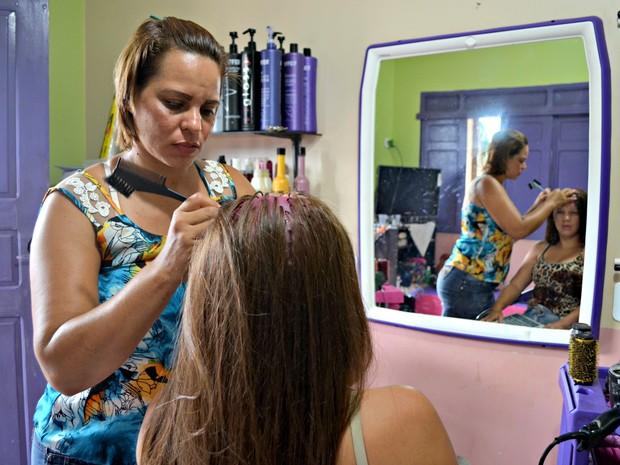 Kelly Katiane reabriu o salão na última sexta-feira (13). (Foto: Veriana Ribeiro/G1)