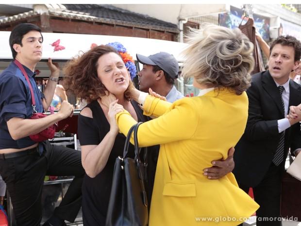 Bárbara Paz e Elizabeth Savalla gravam cena de briga por causa de Félix (Foto: Amor à Vida/TV Globo)